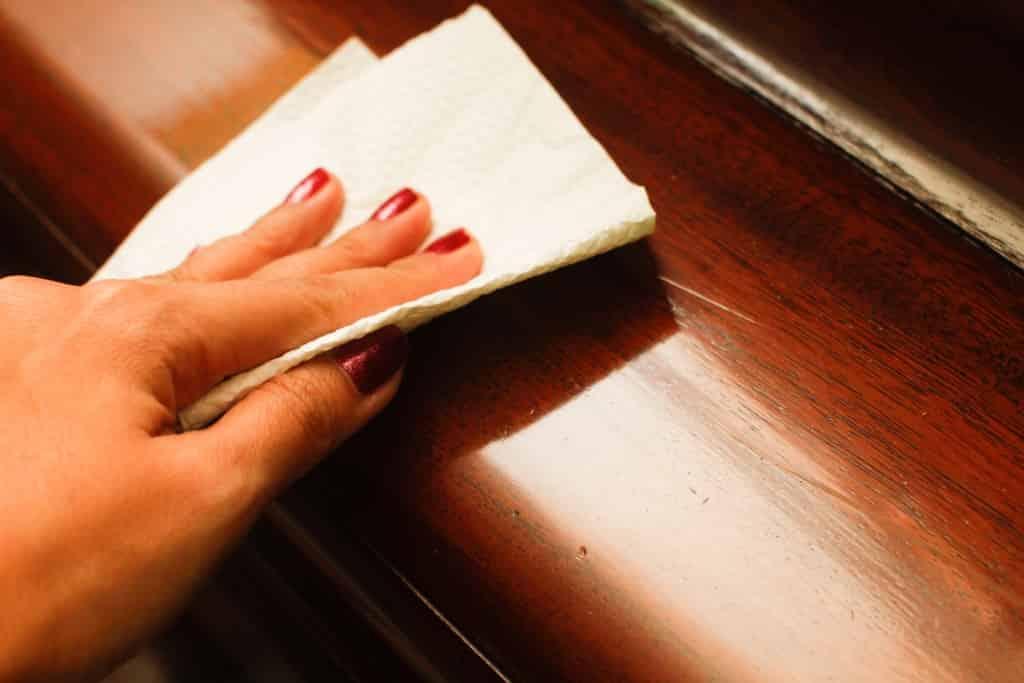 оттираем йод с поверхности мебели