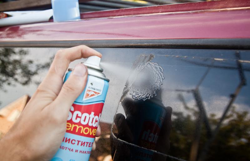 Чем оттереть клей от машины