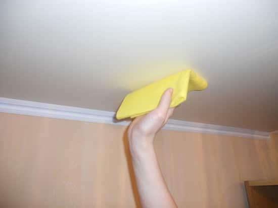 Чем отмыть краску с натяжного потолка