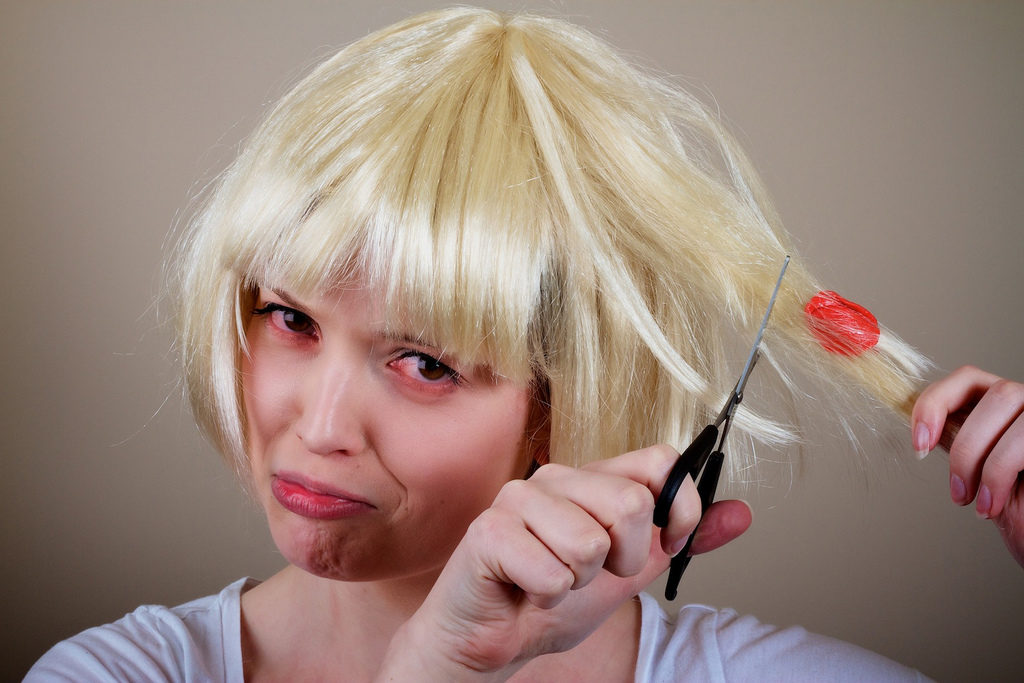 чем смыть смолу с волос на голове