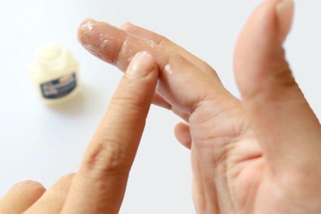 как убрать суперклей с пальцев Использование жира