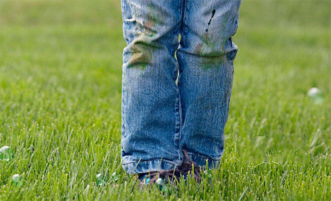 Как отстирать траву с джинс безболезненно для ткани?