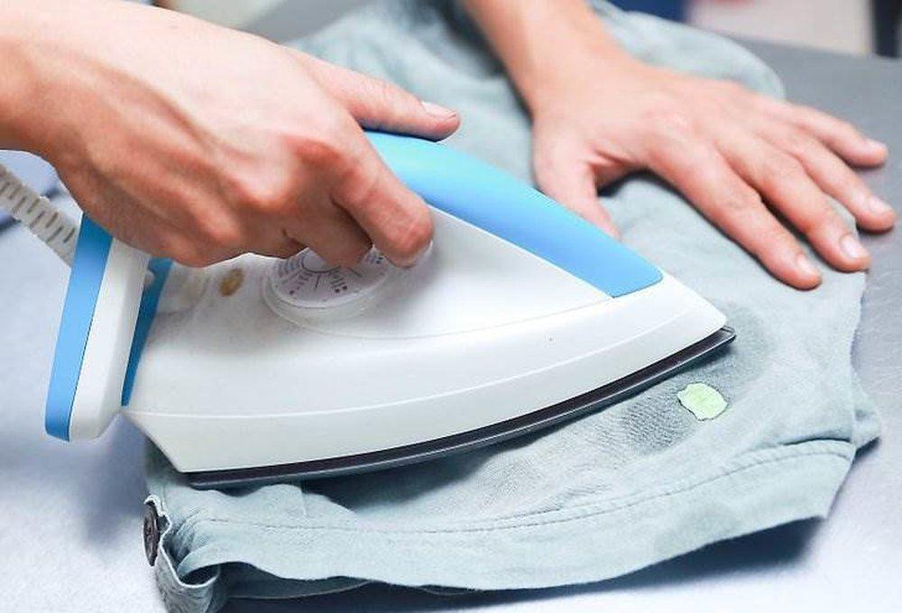 как убрать жвачку с брюк утюгом